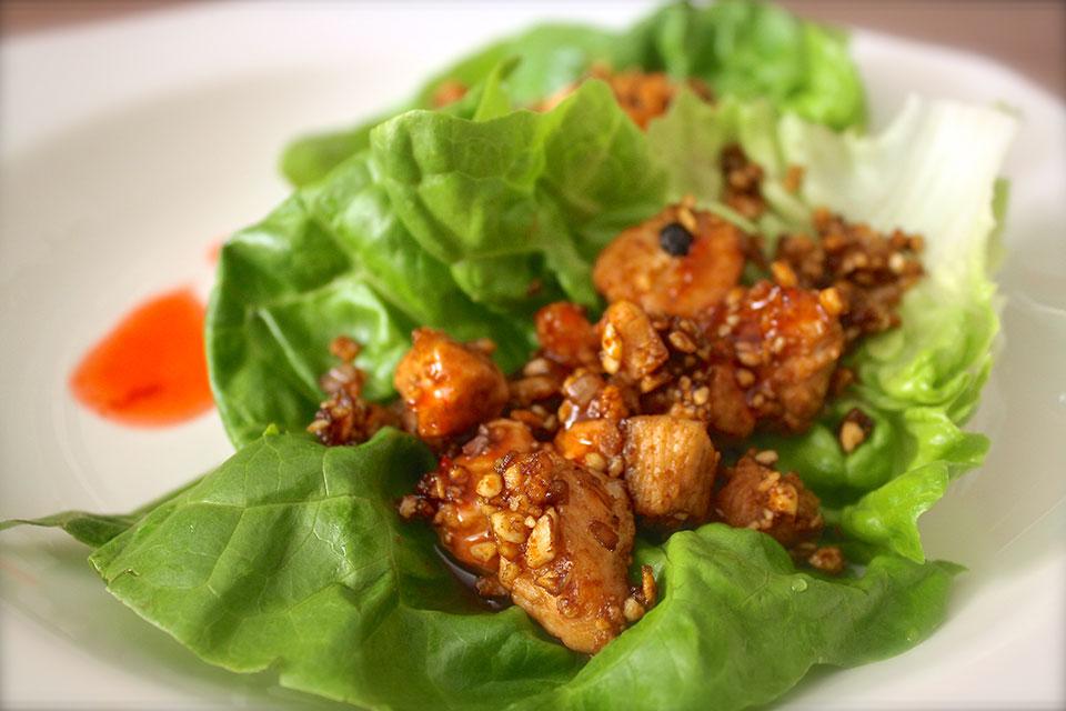Tacos de pollo y lechuga con salsa agridulce